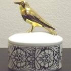 Hollóházi urna aranyozott madárral