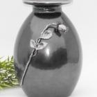 Szürke-ezüst fém urna rózsával