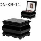 Fekete fa urna doboz felnyitható tetővel, fotóval