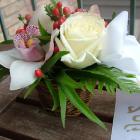 Kis kosárka fehér rózsával, orchideával