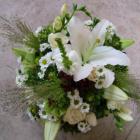 Kis rusztikus ravataldísz vegyes fehér virágokkal, zöldekkel