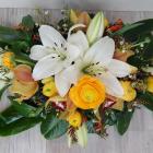 Ravataldísz fehér liliommal, sárga virágokkal