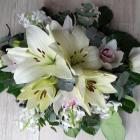 Ravataldísz krém liliommal, fehér virágokkal