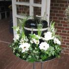 Urnakoszorú vegyes fehér virágokkal, mezei stílusban