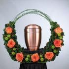 Urnatartó dísz 20 rózsával, 5 zöld krizantémmal, 10 hypericummal