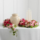 Virágfüzér urnadísz mini rózsával, rózsával, borostyánnal, gyertyákkal